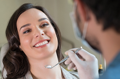 woman with dentist for dental emergencies